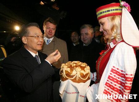 图文:温家宝品尝白俄罗斯少女敬献的面包和盐