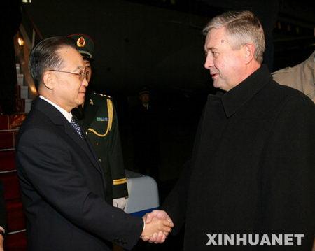 图文:白俄罗斯代总理在机场迎接温家宝