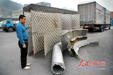 图文:物流公司负责人介绍火箭残骸坠运输情况