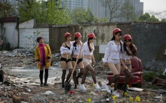 中国兴趣拆迁队街头拍女孩照被大妈批伤v兴趣性感性感对只女子图片