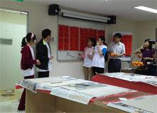 新加坡当地中学的写春联活动