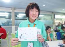 中国小朋友给新加坡同伴画贺卡