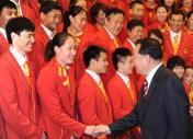 中央领导和游泳运动员刘子歌握手