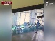 曝郑州一幼儿园女老师虐童:朝地上猛摔3次