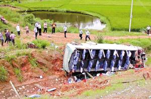 大客车坠落40米深两人亡