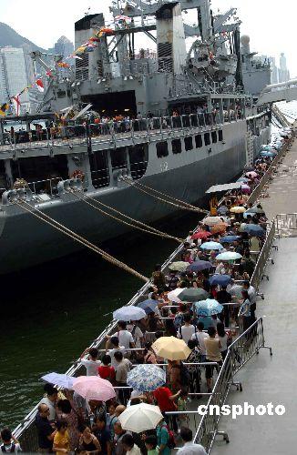 """法国""""瓦尔号""""补给指挥舰对香港公众开放"""