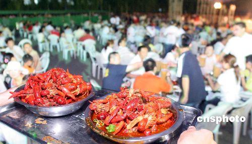江苏徐州龙虾节四千食客每晚吃掉逾千斤(图)