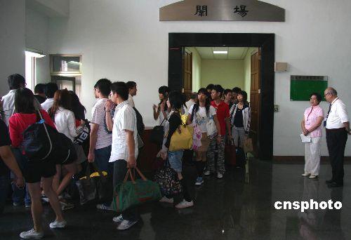图:台湾参与高考试题人员结束封闭生活