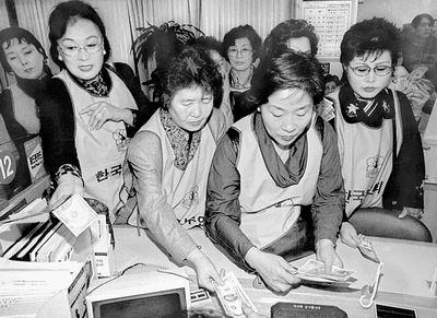 1997年的亚洲经济危机_道琼斯指数自1997年亚洲金融危机以来首次跌破7000点关口.  新华社...