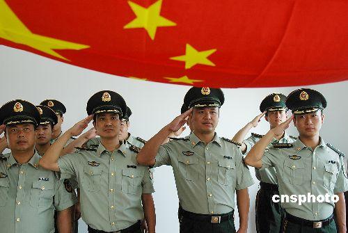 图:公安边防部队换穿07式新警服