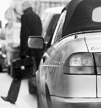 在避让行人的同时,汽车也在排放尾气高清图片