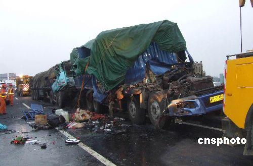 图:扬溧高速扬州段五车连环追尾相撞 二死一伤