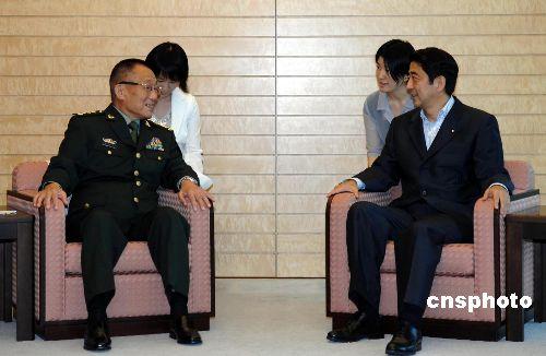 图文:曹刚川会见日本首相安倍晋三