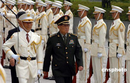图文:曹刚川上将检阅日本自卫队仪仗队