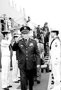曹刚川参观日本海上自卫队舰艇