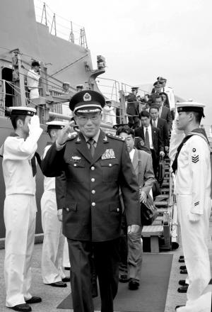 曹刚川参观日本自卫队舰艇