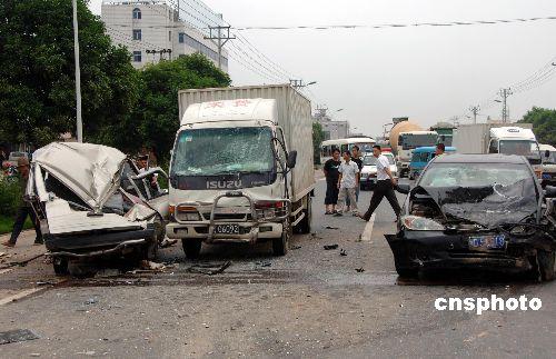 图:厦门发生三车连环相撞交通事故
