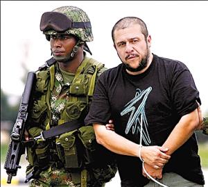 蒙托亚(右)被特种部队抓捕.   本报综合报道哥伦比亚政府10日宣布图片