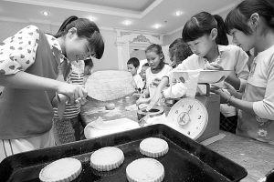 留守儿童学做月饼