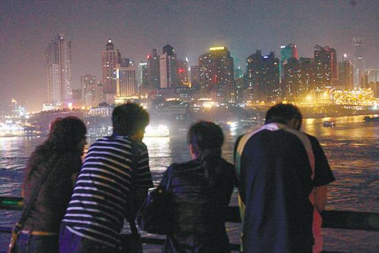 黄浦江两岸近百幢标志性建筑熄灭了景观灯光   自9月起,由国家发改委、中宣部等17个部门联合组织的节能减排全民大型活动,在全国各大城市全面展开。9月23日,北京王府井大街、西安大雁塔、南京夫子庙、上海外滩、武汉汉口江滩、深圳世界之窗、哈尔滨圣索菲亚教堂以及重庆朝天门八大城市标志性景观夜景灯,于当天20时统一熄灭半小时。   新闻背景   上海   一下子变静了   9月23日20时整,上海东方明珠、国际会议中心、外滩海关大楼、浦发银行大厦等黄浦江两岸近百幢标志性建筑霎时熄灭了所有景观灯光,一秒钟前还