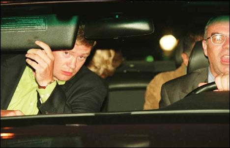戴安娜王妃10年前在巴黎的一个车祸中遇难,这些照片清楚地反映了人们
