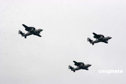 图:台军各型飞机编队飞过台北上空(2)
