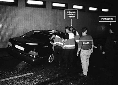 事故发生后,消防人员赶来救援; 戴妃车祸案审理中 戴安娜车祸前照片被