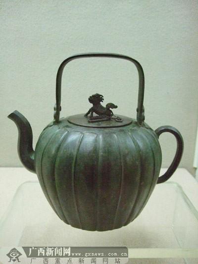 组图:越南铜壶多见动物造型装饰