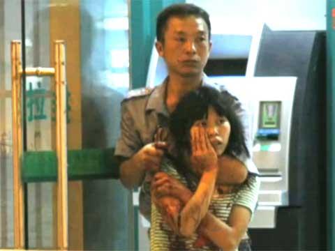 视频:广州女特警持枪击毙持刀挟持女子疑犯