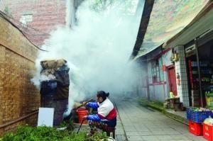 当地环保部门称,市民熏制腊肉,是造成PM2.5指数攀升的重要因素