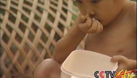 13岁女孩染上怪癖7年吞下8万多支烟头(组图)