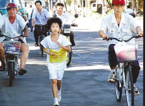 父亲逼8岁女儿长跑数千公里引发争议(图)