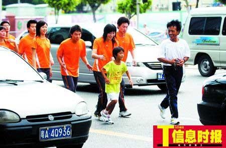 8岁女孩跑步进京续:经纪人称拉到2万元赞助