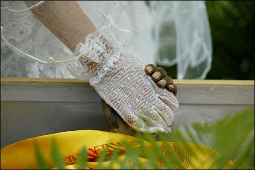女子在殡仪馆与病死男友举行婚礼(组图)