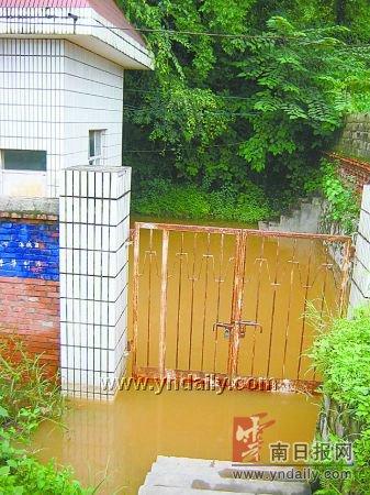 水厂配电房被淹学校做饭要用矿泉水