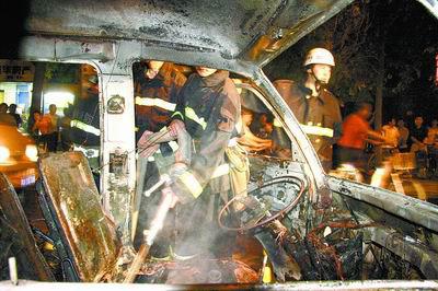 面包车行驶中自燃四个轮胎相继爆炸(图)
