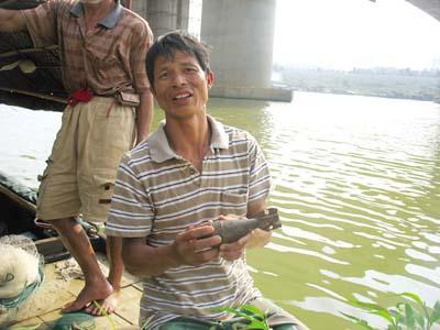 捕鱼图片捕上一枚旧炸弹(图)美女男子一装情趣图片