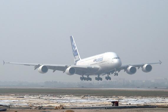 空中客车a380飞机于2007年10月23上午10点10分飞抵