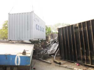 货车转弯甩出集装箱砸死5名行人(图)