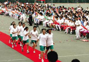 图文:初三学生走红毯参加毕业颁奖典礼