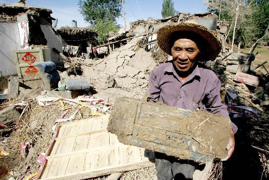 农民搬运被洪水浸泡过的收录机