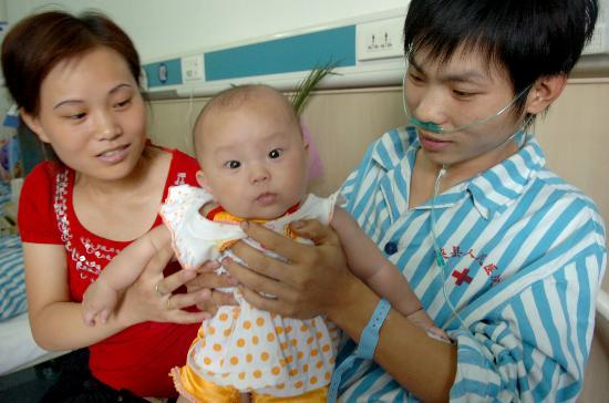 图文:矿工同妻子和半岁的女儿见面