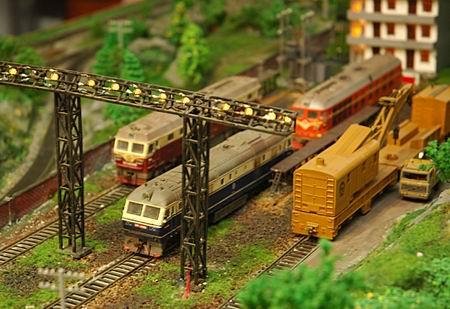 男子用10年花费10万元制作火车沙盘模型(图)
