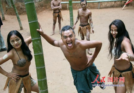 """9月1日,一群""""野人""""(黑佤族)在安徽黄山北麓芙蓉谷原始森林中为游客图片"""