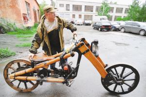 图文:男子自制木头摩托车