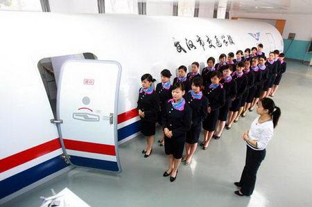 武汉职业学校引进飞机训练舱当课堂(组图)