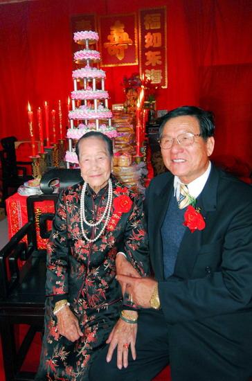 组图:归国弟弟给百岁姐姐摆寿宴