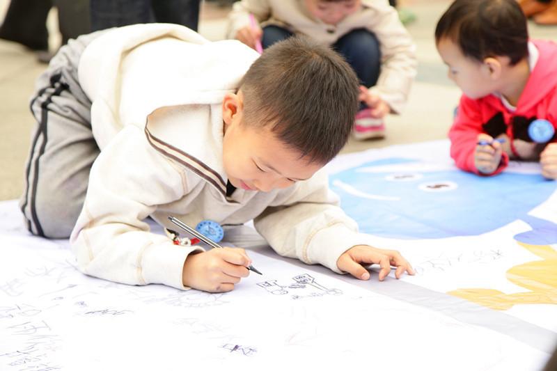 幼儿跑步-小朋友们很喜欢这个涂鸦的地方
