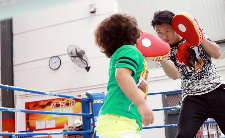 照片中拳王邹市明卸下了一切武装,在妻子和儿子面前成了一个比普图片