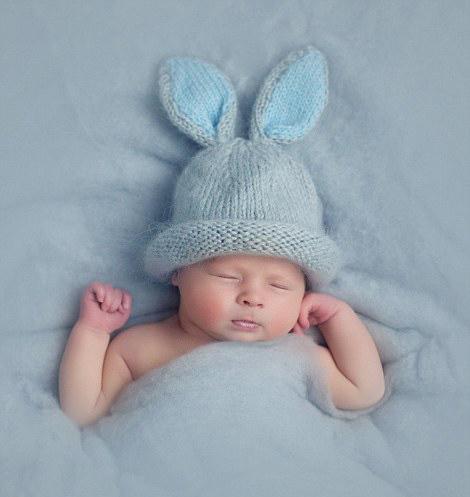 她将刚出生的小婴儿打扮成复活节彩蛋,可爱的小兔子,乖巧的小羊等造型